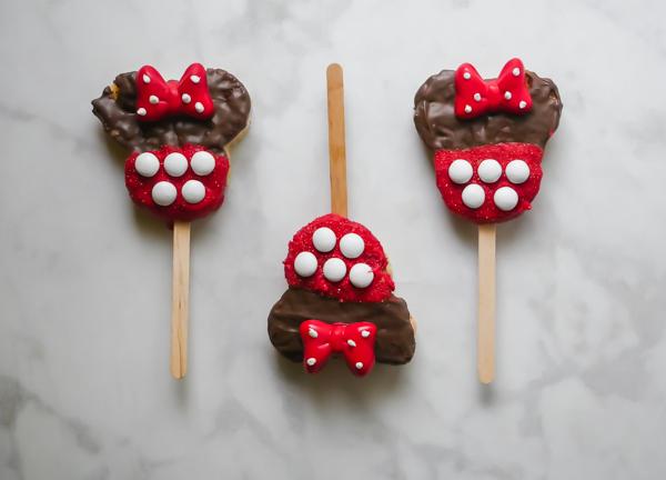Minnie Mouse Rice Crispie Pops // magicaltreatsathome.com