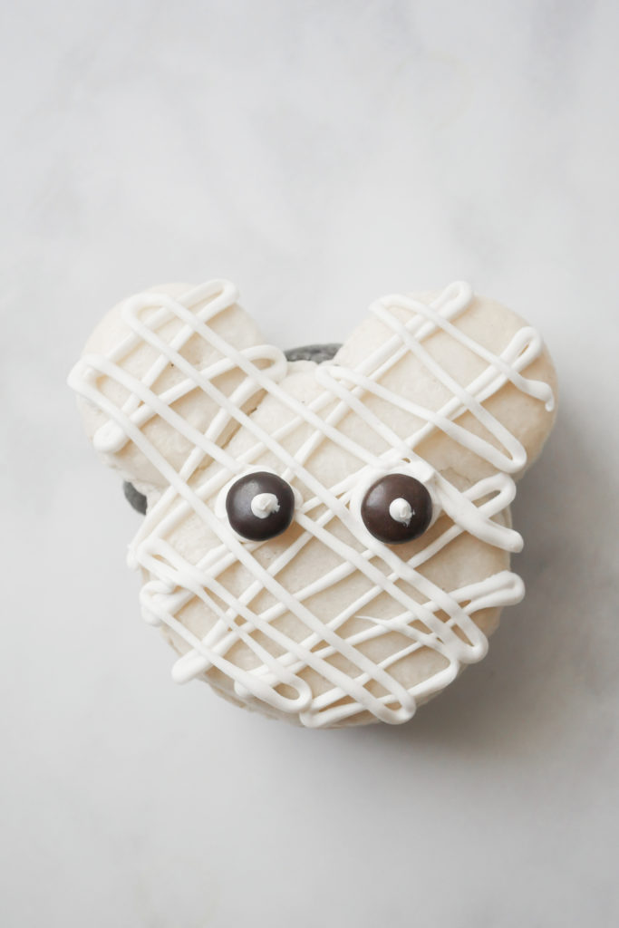 Mickey Mouse Mummy Macarons // magicaltreatsathome.com