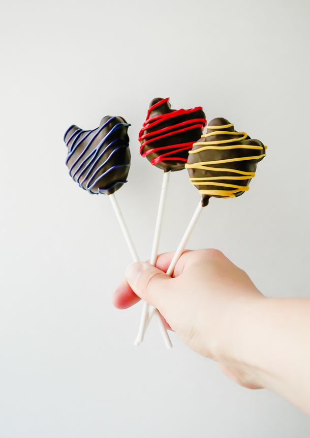 Mickey Mouse Cake Pops: chocolate, vanilla, and red velvet // magicaltreatsathome.com