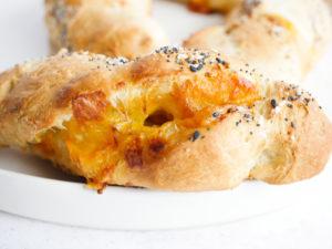 Cheddar Garlic Bagel Twists // magicaltreatsathome.com