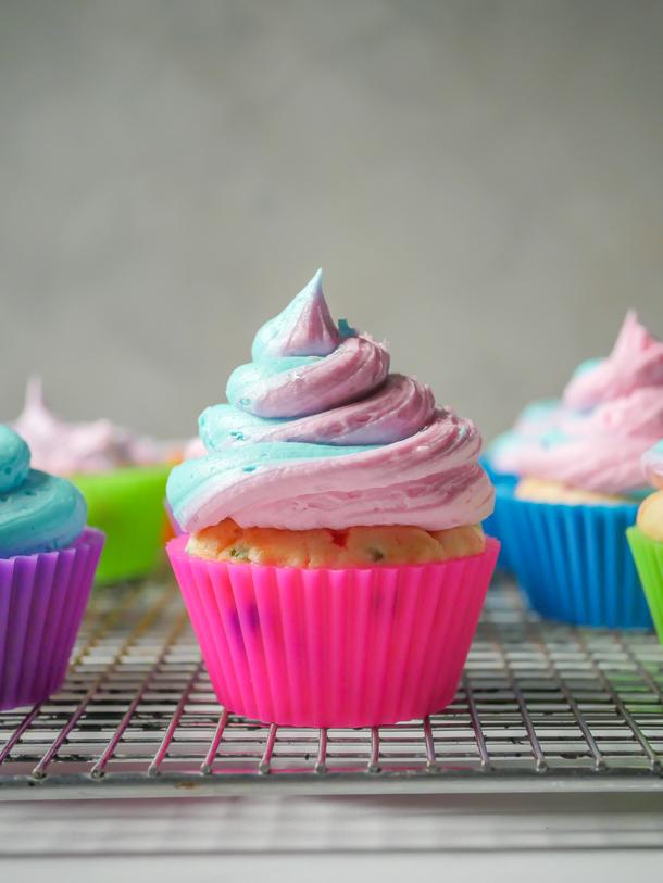Make it Pink! Make it Blue! Frosting demo // magicaltreatsathome.com